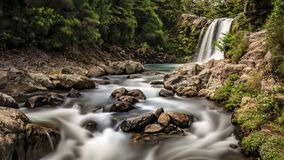 Runningdown de seda da cachoeira um Stony Creek fotografia de stock