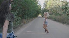 Runnung zwei Mädchen der besten Freunde sexy heißes und Spaß zusammen auf einer Straße am Wald oder am Park haben stock video footage