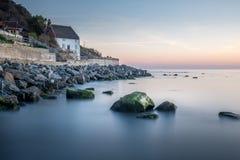 Runswick abbaia il cottage del pescatore sulla costa Est del nord del Yorkshire in Inghilterra immagini stock libere da diritti