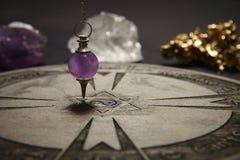 Runt andligt diagram som snidas till trä som används för kommunikationen med klockpendeln royaltyfri fotografi