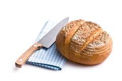 Runt bröd med kniven Arkivfoto