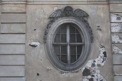 Runt fönster av det kyrkliga bårhuset royaltyfri fotografi