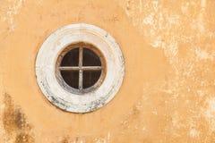 Runt fönster i en gammal vägg royaltyfria foton