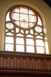 Runt gotiskt träfönster för mosaik i katolsk eller kristen kyrka arkivfoton