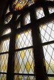 Runt gotiskt träfönster för mosaik i katolsk eller kristen kyrka royaltyfri bild
