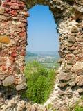 Runt hål i förstörd defensiv vägg av den medeltida fästningen royaltyfria bilder