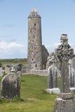 Runt medeltida torn som står fortfarande på Clonmacnoise Royaltyfri Foto