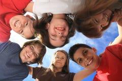 runt om barn gruppera utomhus att leka Fotografering för Bildbyråer