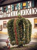2000 runt om bayern dekorerad easter ägggermany green gunzenhausen brunnar för wellen för tradition för delen för handleaves gamm Royaltyfria Bilder