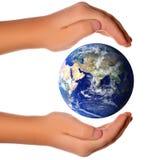 runt om begreppsjordhanden spara världen fotografering för bildbyråer