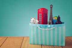 runt om begreppsloppvärlden Souvenir från hela världen i shoppingpåse royaltyfri fotografi