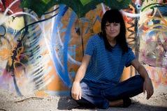 runt om den härliga flickaväggen fotografering för bildbyråer