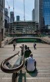 Runt om den mellersta skeppsdockan i Canary Wharf fotografering för bildbyråer