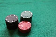 runt om fältet för filt för kortchipdjup som spelar gröna folkspelare som leker den grunda staplade tabellen för poker Fotografering för Bildbyråer