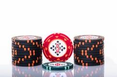 runt om fältet för filt för kortchipdjup som spelar gröna folkspelare som leker den grunda staplade tabellen för poker Arkivfoto