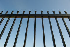 runt om industriell egenskapssäkerhet för staket Arkivbilder