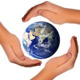 runt om jord sparar händer världen Arkivfoton
