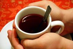 runt om koppen hands tea Arkivbild