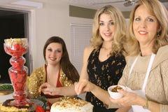 runt om mat som samlar in den ursnygga kvinnan Royaltyfri Foto