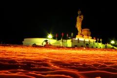 runt om stearinljushanden går det tända tempelet Arkivfoton
