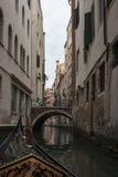 Runt om Venedig med en gondol Arkivbilder