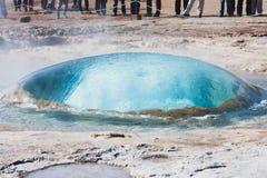 runt om vinter för strokkur för stheam för lott för utbrottgeyser icelandic Royaltyfri Foto