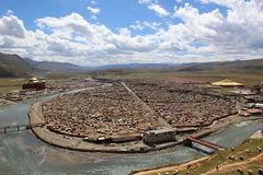 Runt om Yarchenen Gar Yaqen Orgyan Temple i Amdo Tibet, haka Royaltyfria Bilder