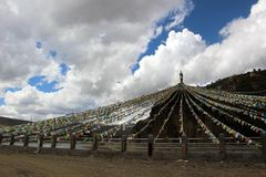Runt om Yarchenen Gar Yaqen Orgyan Temple i Amdo Tibet, haka Royaltyfri Bild