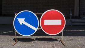 Runt rött vägmärke på metallpol Inget tillträdesvägmärke med en vändrätt eller ett vänstert tecken royaltyfria bilder