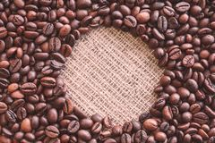 Runt tomt ställe i mitt av bruna grillade kaffebönor royaltyfri bild