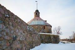 Runt torn av det Lars Torstennson slutet upp i den molniga Februari morgonen Korela fästning, Priozersk Ryssland Arkivfoto