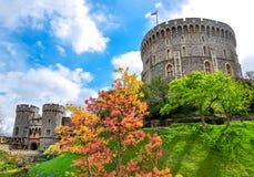 Runt torn av Windsor Castle, London förorter, UK royaltyfri foto