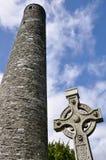 Runt torn och celtic kors i Glendalough, Irland Fotografering för Bildbyråer