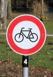 Runt vägmärke i rött och vitt Royaltyfria Foton