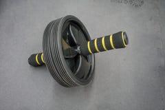 Ruota addominale alta chiusa del rullo con la maniglia della schiuma Spinta di rotolamento Fotografia Stock