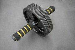 Ruota addominale alta chiusa del rullo con la maniglia della schiuma Spinta di rotolamento Fotografie Stock