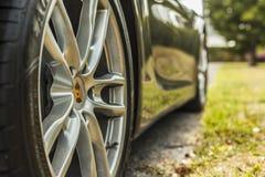 Ruota alta vicina del colpo di estremo con il marchio di fabbrica di Porsche Cayman Immagini Stock Libere da Diritti