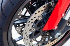 ruota anteriore del motociclo con il cuscino ammortizzatore rosso/vista alta vicina Fotografia Stock