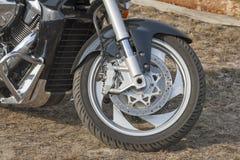 Ruota anteriore della motocicletta con il primo piano del sistema di frenatura Immagini Stock Libere da Diritti