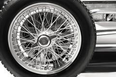 Ruota con la gomma di alto vicino d'annata della vettura da corsa immagini stock libere da diritti