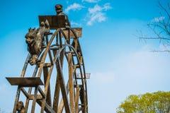 Ruota d'acciaio antica di mulino a acqua, stile cinese con il fondo del cielo blu Fotografie Stock Libere da Diritti