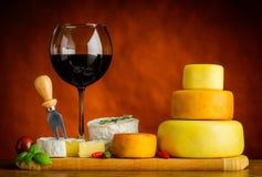 Ruota del formaggio e del vino rosso Immagine Stock