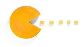 Ruota del formaggio isolata su bianco e su cinque cubi del formaggio Immagini Stock