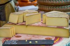 Ruota del taglio del formaggio di Comte in cunei Immagini Stock Libere da Diritti