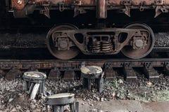 Ruota del trasporto sul primo piano delle strade ferrate vecchio transportatio del ferro Immagini Stock