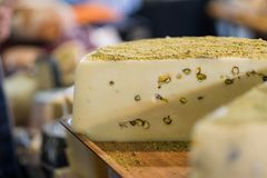 Ruota deliziosa del formaggio con i pistacchi fotografia stock libera da diritti