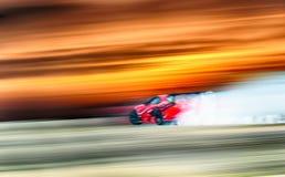 Ruota dell'automobile sportiva che va alla deriva e che fuma sulla pista Concetto di sport, fotografie stock libere da diritti
