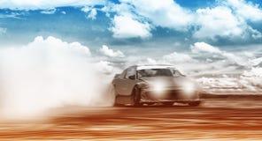 Ruota dell'automobile sportiva che va alla deriva e che fuma sulla pista Concetto di sport, Dott. fotografia stock
