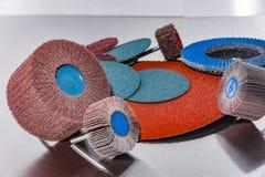Ruota della falda Un mucchio della carta vetrata abrasiva di colore per funzionamento del metallo Immagini Stock Libere da Diritti