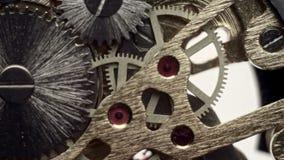 Ruota dentata dentro il meccanismo di un orologio archivi video